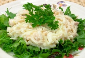 Салат с отварными кальмарами - фото шаг 6