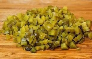 Салат с тунцом и маринованными огурцами - фото шаг 2