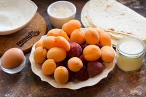 Пирог с абрикосами и клубникой в лаваше