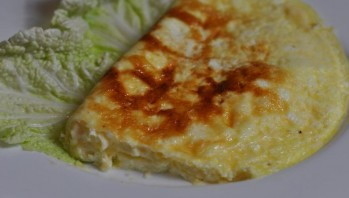 Омлет с сыром на сковороде - фото шаг 4