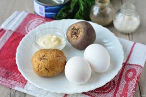 Салат с консервированной сайрой и яйцами - фото шаг 1