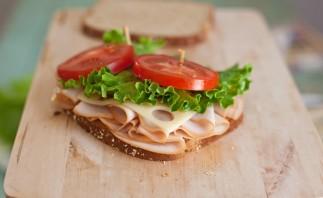Бутерброды с колбасой на праздничный стол - фото шаг 7