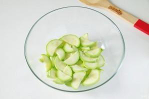 Греческий салат с цуккини и помидорами - фото шаг 2