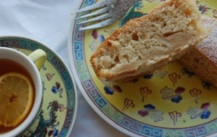Шарлотка с манкой и яблоками - фото шаг 7