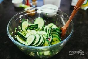 Салат из креветок с огурцом - фото шаг 2