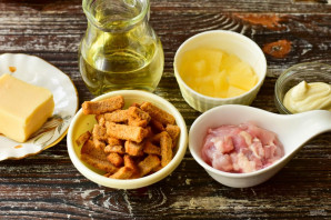 Салат с курицей, ананасами и сухариками - фото шаг 1