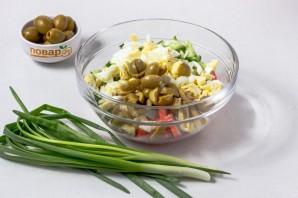 Салат с крабовыми палочками и оливками - фото шаг 3