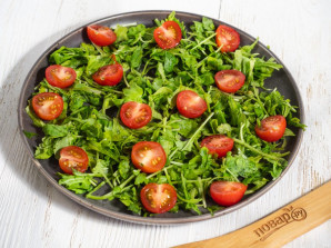 Cалат с рукколой, помидорами черри и моцареллой - фото шаг 3