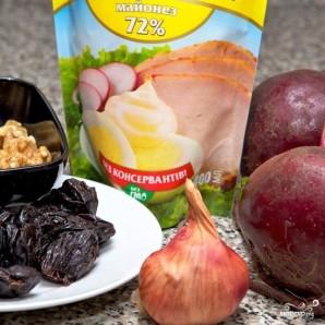 Свекольный салат с черносливом и грецкими орехами - фото шаг 1