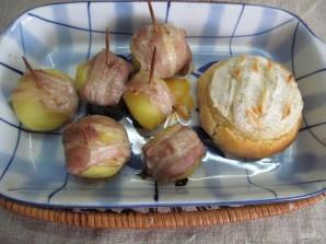 Камамбер в хлебном горшочке с картофелем - фото шаг 8