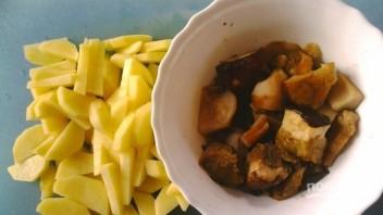 Картошка с грибами под сметанным соусом - фото шаг 2