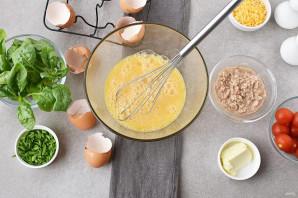 Омлет с тунцом и помидорами - фото шаг 2