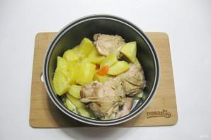 Куриные бедра с картофелем в мультиварке - фото шаг 7