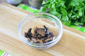 Салат с сайрой и грибами - фото шаг 8