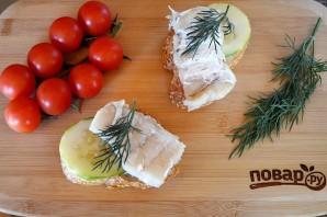Бутерброды с треской и огурцами - фото шаг 5