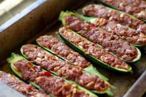 Кабачки-лодочки, запеченные в духовке с овощами - фото шаг 2