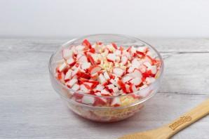 Крабовый салат с сыром и помидорами - фото шаг 4