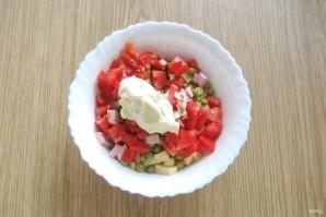 Салат с помидорами, сыром и зеленым горошком - фото шаг 7