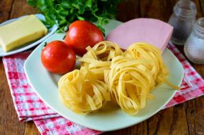 Лапша с помидорами и колбасой - фото шаг 1