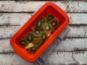 Шарлотка с яблоками и киви - фото шаг 5