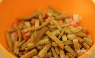 Салат с сухариками и крабовыми палочками - фото шаг 4