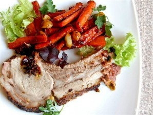 Свиная корейка на кости с морковью - фото шаг 15