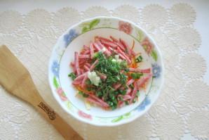 Салат с копченой колбасой, кукурузой и морковью - фото шаг 6