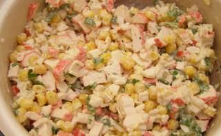 Салат из кукурузы и крабовых палочек по-домашнему - фото шаг 7
