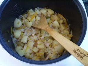Тушеная капуста в мультиварке с картошкой - фото шаг 8