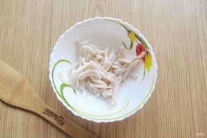 Салат с кальмарами и маринованным луком - фото шаг 8
