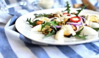 Салат с мидиями и пикантной заправкой - фото шаг 6