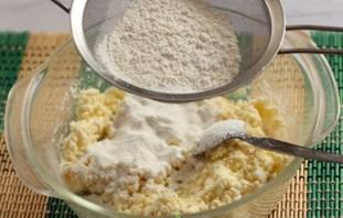 Сырники в духовке с манкой - фото шаг 3