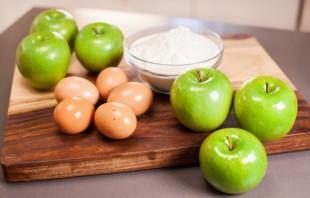 Шарлотка с яблоками и лимоном - фото шаг 1