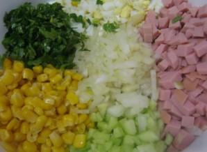 Простой салат с вареной колбасой - фото шаг 4