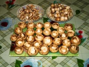 Грибы, запеченные с сыром в духовке - фото шаг 1
