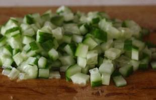 Простой салат с красной рыбой - фото шаг 3