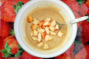 Шарлотка с яблоками на сковороде - фото шаг 4
