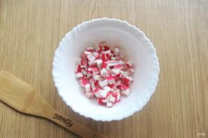 Салат с крабовыми палочками и колбасой - фото шаг 3