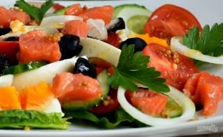 Салат с семгой, яйцом и овощами - фото шаг 5