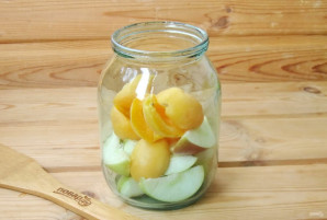 Компот из абрикосов и яблок на зиму - фото шаг 4