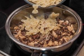 Паста с грибами и курицей в сливочном соусе - фото шаг 4