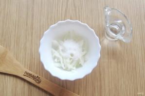 Салат с кальмарами и маринованным луком - фото шаг 4