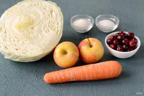 Квашеная капуста с клюквой и яблоками - фото шаг 1