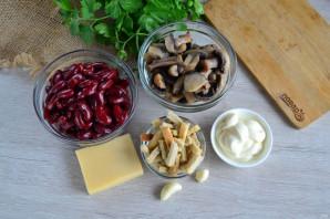 Салат с фасолью, грибами и сухариками - фото шаг 1