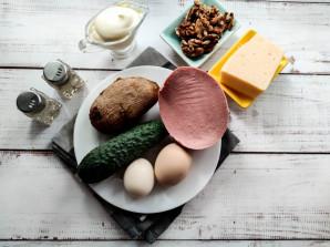 Салат с грецкими орехами и колбасой