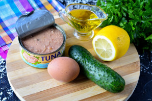 Салат с консервированным тунцом, яйцом и огурцом - фото шаг 1