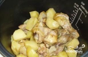 Курица с картошкой в мультиварке - фото шаг 4