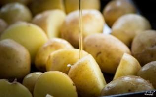 Картофель, запеченный с розмарином в духовке - фото шаг 2