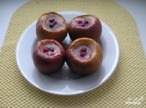 Печеные яблоки с клюквой - фото шаг 5