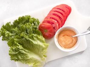 Бургер с овощами, беконом и яйцом - фото шаг 4
